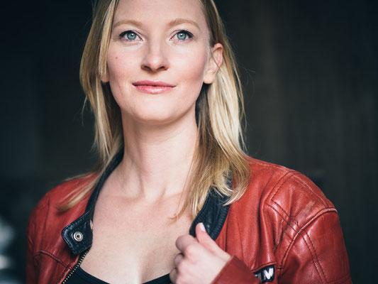 Porträt, rote Lederjacke, Fotoshooting, Schauspieler, Karlsruhe, Katharina Roczyn,