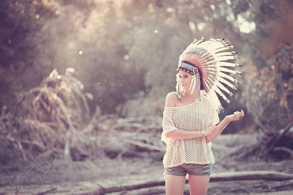 natürliches Portrait, Indianer-Kofpschmuck, Fotoshooting, Wald, Gegenlicht