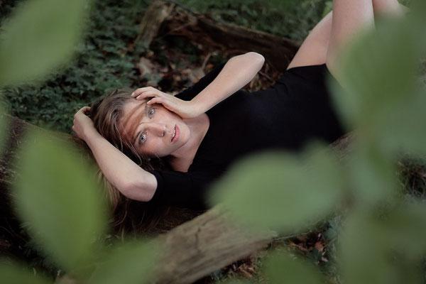 schwarzer Body, outdoor, Fotoshooting, fotografieren, Fotograf, Karlsruhe, Kirstin, Wald, Lichtung, Baumstamm,