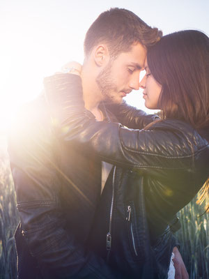 Paar, Pärchen, Lovebirds, verliebt, Fotoshooting, Karlsruhe, Fotograf, Marisa, Michael, Feld, Sonne, Gegenlicht