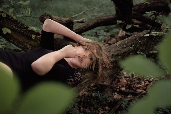 Wald, Lichtung, Baumstamm, outdoor, Fotoshooting, fotografieren, Fotograf, Karlsruhe, Kirstin