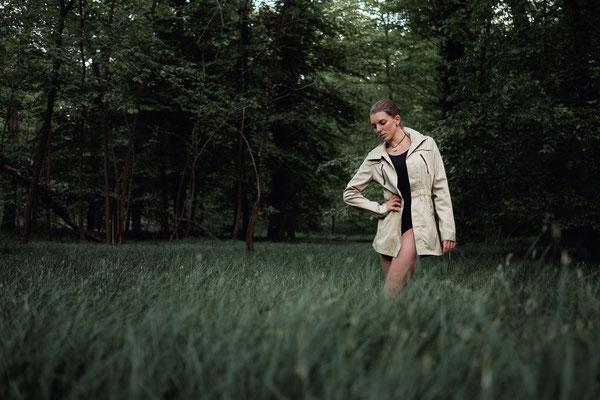 Wald, Lichtung, outdoor, Fotoshooting, fotografieren, Fotograf, Karlsruhe, Mantel, Gras,