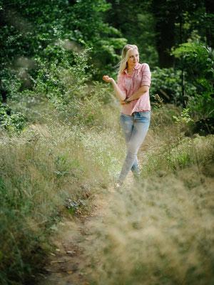 Outdoorshooting, Natur, Wald, Karlsruhe Frau, Katrin Bergmann, blond, natürlich, Haare, Weg, Linie