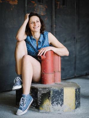 Porträt, Schauspieler, Fotograf, Karlsruhe, Portrait, direkt, Outdoor, available Light, Michelle, rot, blau, Lachen