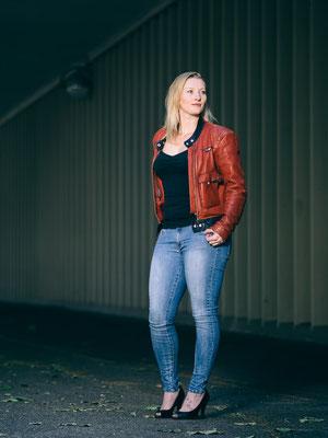 Schauspieler, Karlsruhe, Fotoshooting, rote Lederjacke, available Light, Kathi Roczyn,