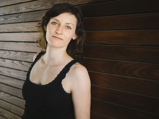 Porträt, Schauspieler, Fotograf, Karlsruhe, Portrait, Outdoor, available Light, Wand, Holz, Michelle,