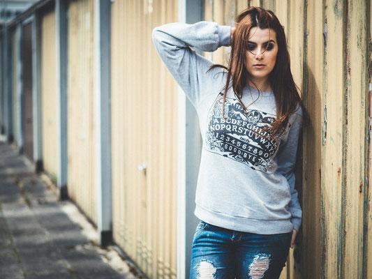 Bsclly clothing, Pullover,natürliches Porträt, Wind, Haare, TfP-Fotoshooting, Karlsruhe, Garagen, Bsclly