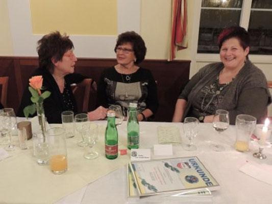 Die Damen Fr. Böhm, Edith Pfeiffer und Fr. Rauch unterhielten sich prächtig