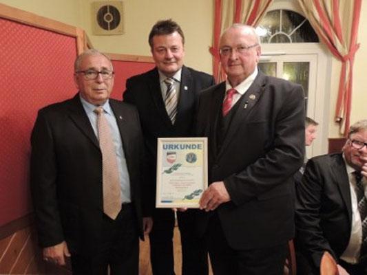 Präsident Johann Gartner wurde das Ehrenzeichen der SR Gruppe Waldviertel durch GL Pfeiffer in Gold verliehen