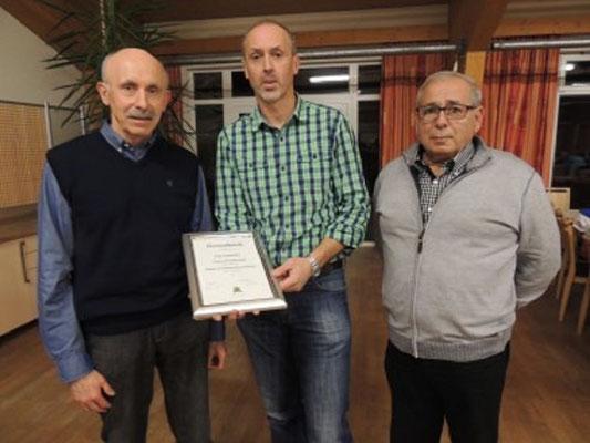 PSI Fritz Laschober wurde geehrt von Kollegen Pemmer für die Verdienste als  Mitglied im Schiedsrichterausschuss