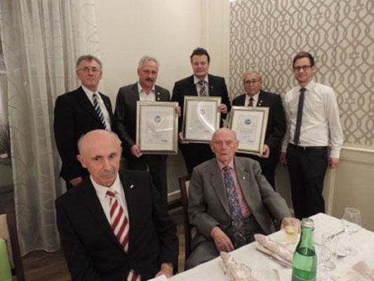 GL Hubert Pfeiffer, GL-Stv. Alfred Böhm, Franz Mostböck wurde das goldene Ehrenzeichen der Partnerschafts-Schiedsrichtergruppe Pocking aus Niederbayern überreicht.