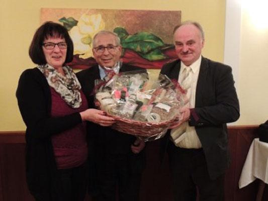 Überreichung eines Geschenkkorb an Fr. Pemmer