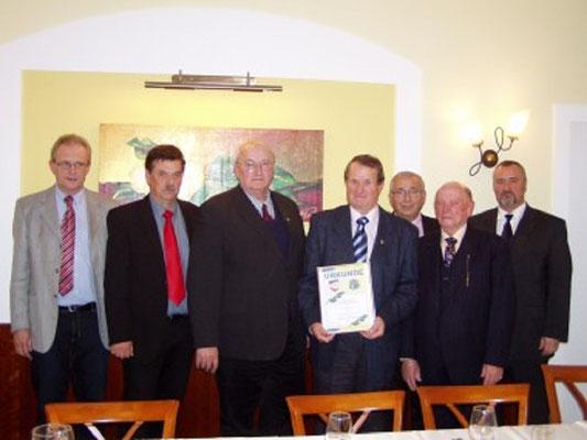 Gratulation und Herzlichen Glückwunsch Kollege Erich Weber wurde zum Ehrenmitglied der Schiedsrichtergruppe Waldviertel ernannt. Erich Weber legte im Jahr 1965 die Schiedsrichterprüfung ab, und arbeitet noch aktiv im Vorstand der Schiedsrichtergruppe Wald
