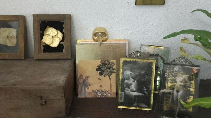 Fleurs d'hortensia dorée à la feuille, dorure sur verre (carte postale de Laure Bouin), sur plâtre (masque de commedia dell'arte)