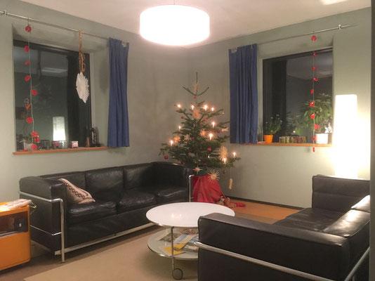 BERG das neue Wohnzimmer mit Weihnachtsbaum