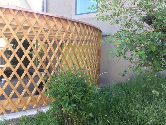 BERG nahe zu stützenfreier Carport aus gebogener Holzlattenwand