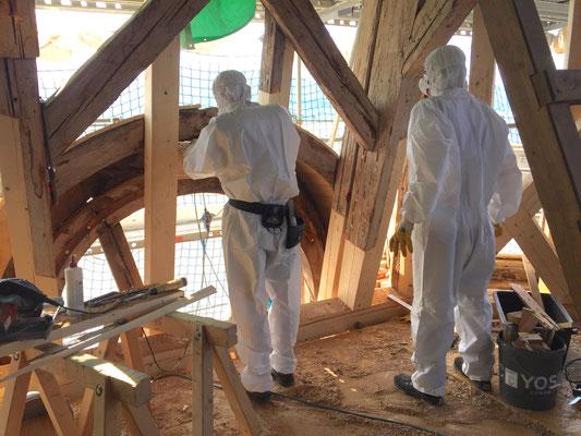 Evangelische Martinskirche Pfullingen, Zimmerleute beim Sanieren der Zifferblattgauben