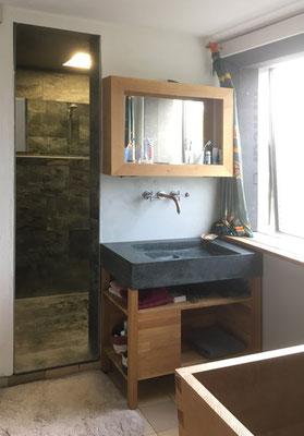 BERG Bad mit begehbarer Dusche, handgefertigtem Waschtisch aus Granit und Holzbadewanne