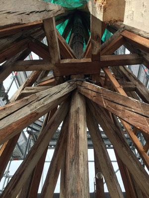 Evangelische Martinskirche Pfullingen, Firstkonstruktion mit Verankerung des Kaisertitels