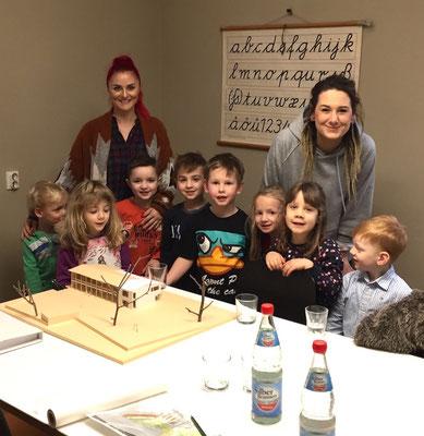 eine Delegation des Kinderhauses erkundet die Arbeitswelt im Architekturbüro