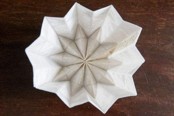 Papierbehälter bestrichen mit dem Kunststoff Epoxidharz