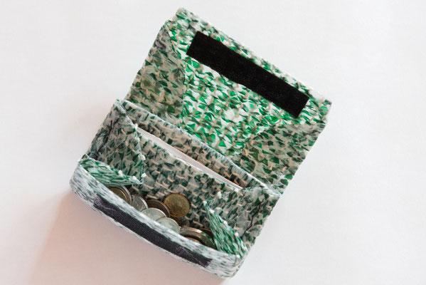 Portemonnaie aus gewobenen Plastikstreifen