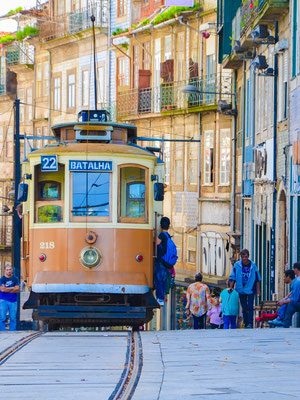 Vieux tram à côté de la torre dos Clérigos