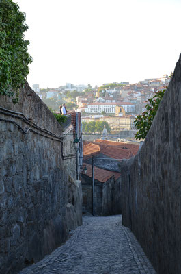 Narrow street in Vila Nova de Gaia ©Porto Moments