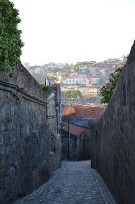 Narrow street in Vila Nova de Gaia ©Porto Moments