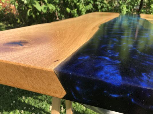 VisionCraft Tisch Epoxydharz Eiche Firmenlogo Edelstahl blau Messetisch Äste
