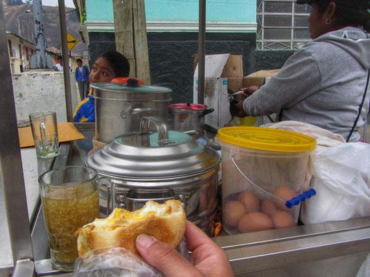 Frühstück, Brot mit Ei und Quinoadrink