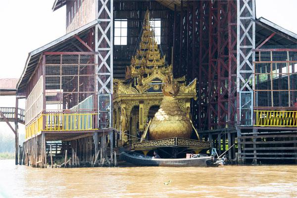 Lac Inlé - Pagode Phaung Daw Oo 05 - Dragon boat pour la procession du festival de Bouddha