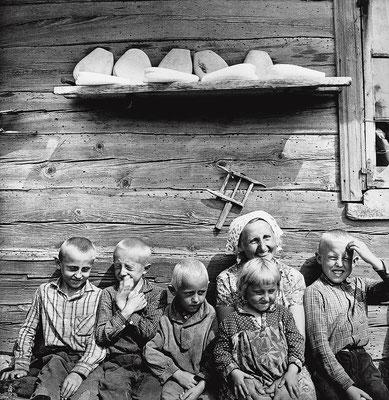« Lithuanian Family. Pediskiai », 1967 © Antanas Sutkus