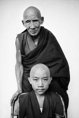 Tenzin Tosan Rinpoché avec son tuteur Gen Pagdo, monastère Rato, province de Karnataka, Inde, 1996 © Martine Franck / Magnum Photos