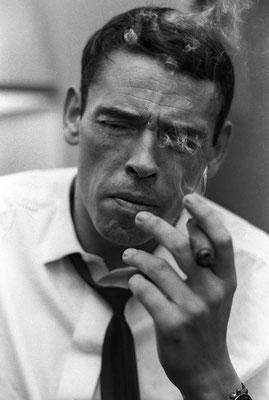4 décembre 1965, New York City : Jacques Brel dans sa chambre d'hôtel fumant un cigare. © Jean-Pierre Laffont