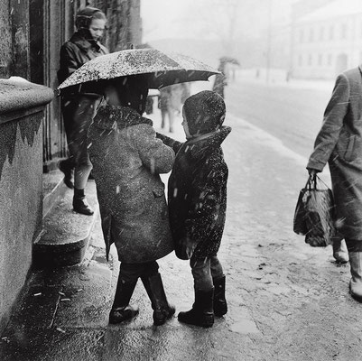 « Children hiding under an umbrella. Vilnius », 1963 © Antanas Sutkus
