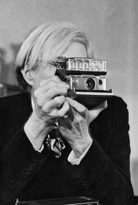 1er mars 1974, New York City : Andy Warhol dans son bureau d'Union Square. © Jean-Pierre Laffont