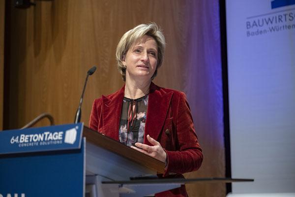 """Sie hielt eine Rede im Rahmen des """"Zukunftstages der Bauwirtschaft"""" ."""