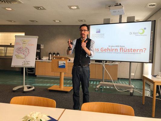 """Dr. Gregor Kern zeigte in seinem Vortrag """"Ins Gehirn flüstern"""" auf der Jubiläumsveranstaltung , wie Lernen funktioniert."""