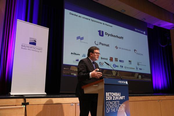 """Veranstalter Dr. Ulrich Lotz begrüßte die Teilnehmer des """"Zukunftstages Bauwirtschaft"""" am dritten Kongresstag."""