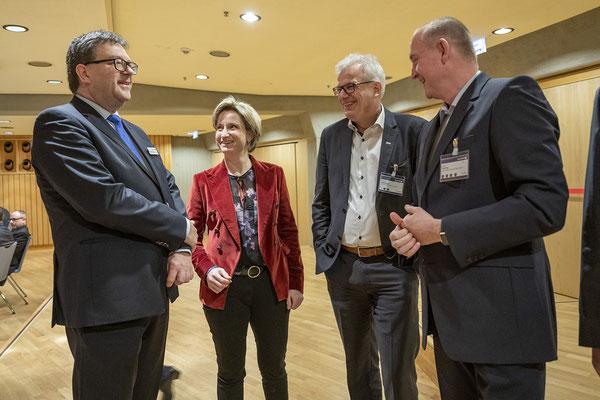 Die Wirtschaftsministerin im Gespräch mit Dr. Ulrich Lotz (FBF), Thomas Beißwenger (ISTE) und Ulrich Nolting (IZB) als Vertreter der Baustoffe-Steine-Erden-Industrie.