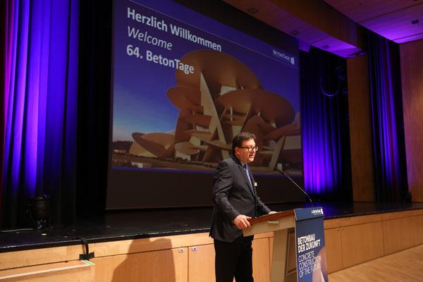 Dr. Ulrich Lotz, Geschäftsführer der FBF Betondienst GmBH, moderierte als Veranstalter den Kongress.