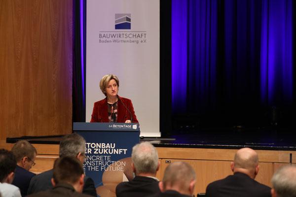 """Der Impulsvortrag der baden-württembergischen Wirtschaftsministerin Hoffmeister-Kraut zum Thema """"Innovatives Bauen""""."""