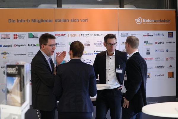 Gespräche vor dem Ausstellerstand der info-b und Dyckerhoff GmbH, die auch Premium-Sponsor der BetonTage ist.