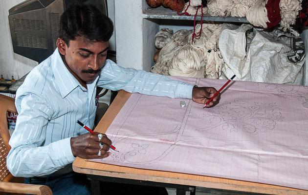 Le motif du futur ikat est d'abord dessiné sur une feuille de papier, le plus souvent millimétrée.