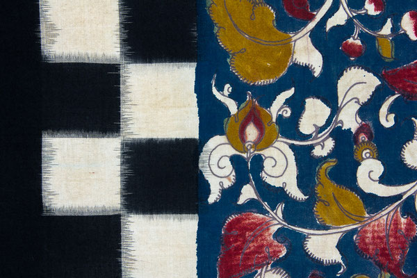 La partie gauche est un tissage ikat, la partie droite une peinture sur textile (détail d'une étole kalamkari).