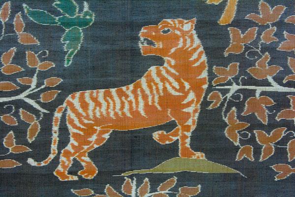 Tigre dans un tissage ikat (détail d'une pièce de tissu qui a demandé plus de 6 mois de préparation et 2 mois de tissage).