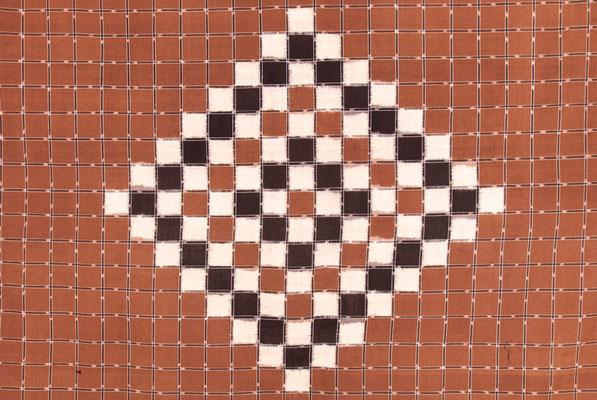 Motif géométrique relativement simple à deux couleurs.