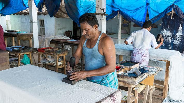 Première étape dans la fabrication d'un kalamkari (comme de tous les tissus imprimés au tampon de bois) : l'impression des contours du motif.