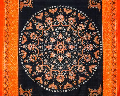 Détail d'une grande pièce de tissu dont le motif central représente une rosace.